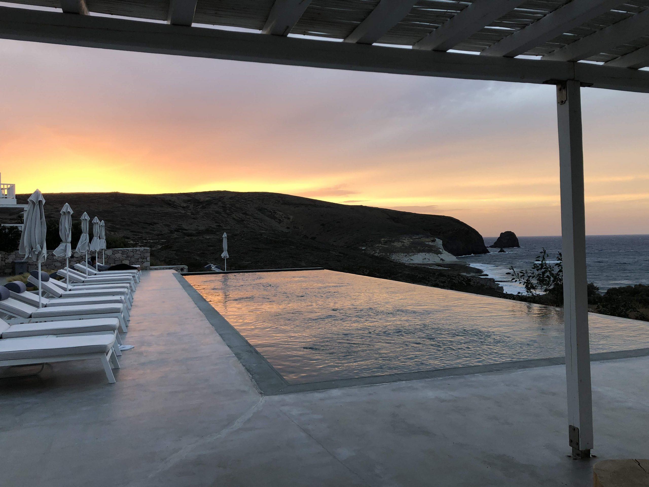 Piscine au couché de soleil Milos Breeze Boutique Hotel